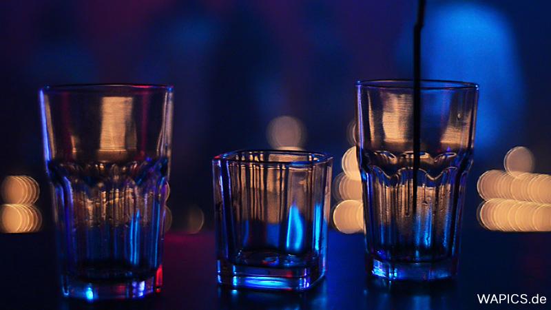 Gläser im Discolicht